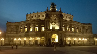 Photo of the Semperopera in Dresden at night.